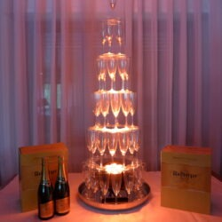 Impressionnez vos invités avec cette cascade de champagne de 1 m 30 de hauteur.