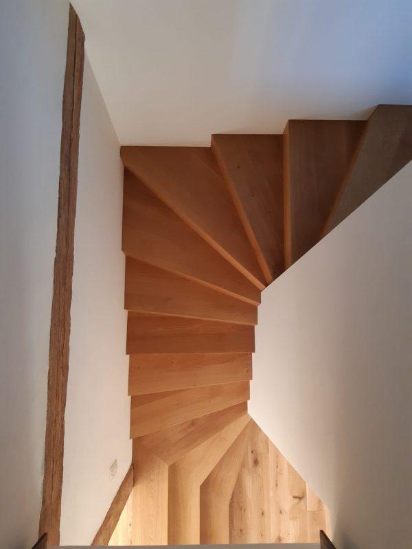 Escalier 2 quart tournant en chêne , marche ajusté à la forme du mur 04