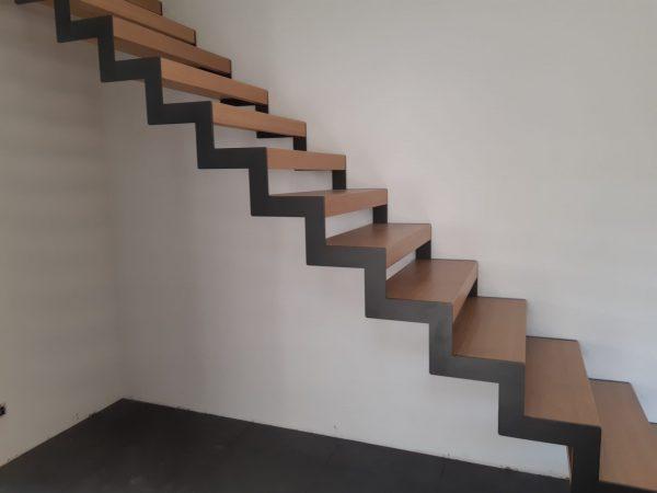 Escalier droit marche en chêne et limon métal laqué 03