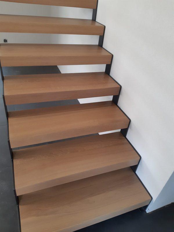 Escalier droit marche en chêne et limon métal laqué