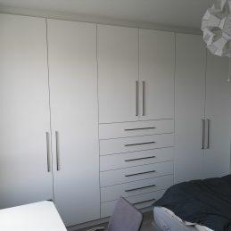 Placard sur mesure d'une chambre, grand tiroir, penderie et étagères de rangements