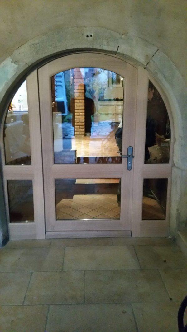 Porte latérale en chêne avec 2 parties fixes et un ouvrant central, partie haute en plein cintre 02