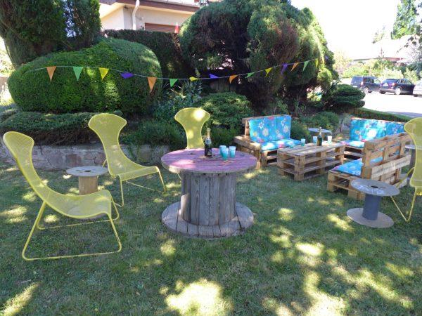 Salon de jardin en palettes / 9 places / 3 fauteuils + 1 table basse